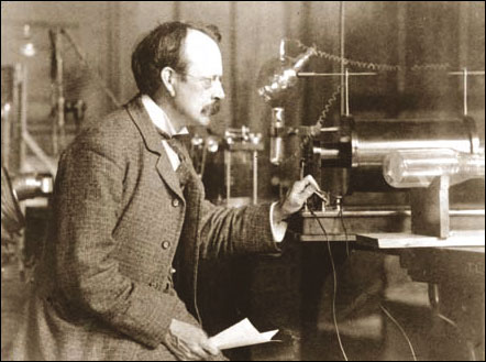 photo of JJ THOMSON at work in the laboratory ©